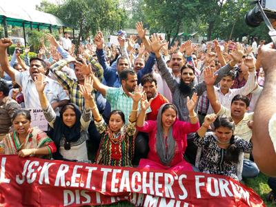 Solve salary issues of 7702 Rehbar-e-Taleem teachers:  Govt