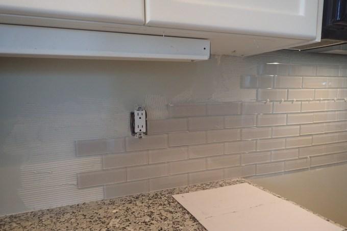 glass back splash installation, plastic separator, glass back splash, kitchen renovation