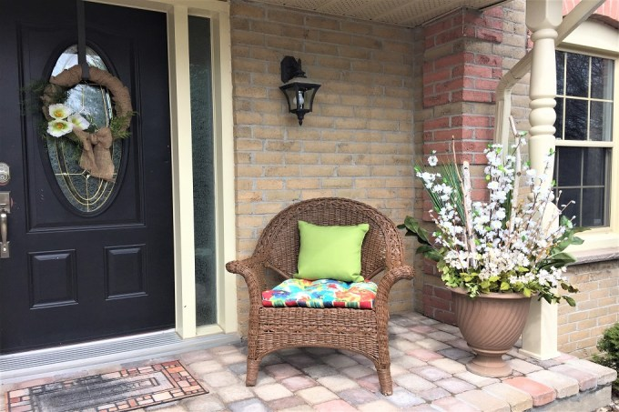 spring planter, front porch decor, wicker chairs, spring wreath,