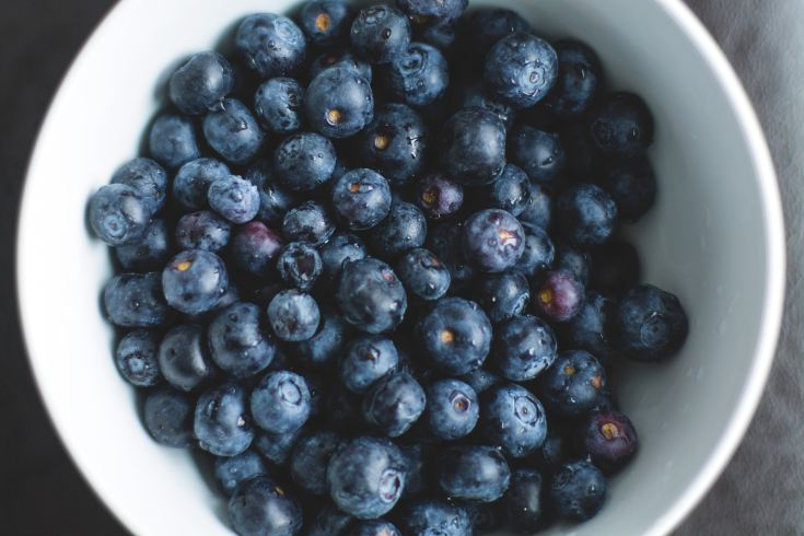 low carb blueberries. Blueberries in a white bowl.