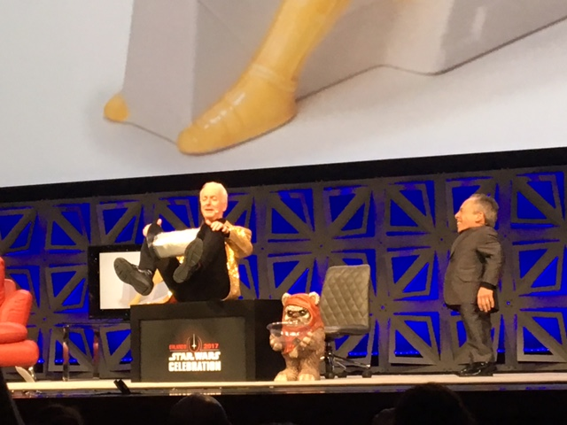 Anthony Daniels pretending he's a human tape dispenser?!