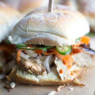 Vietnamese classic gone sliders! Chicken Banh Mi Sandwich Sliders made with grilled chicken, pickled veggies, cucumber, cilantro, jalapeno, mayo, and Sriracha. #banhmi #vietnamese #partyfood #gameday #sliders #grilledchicken
