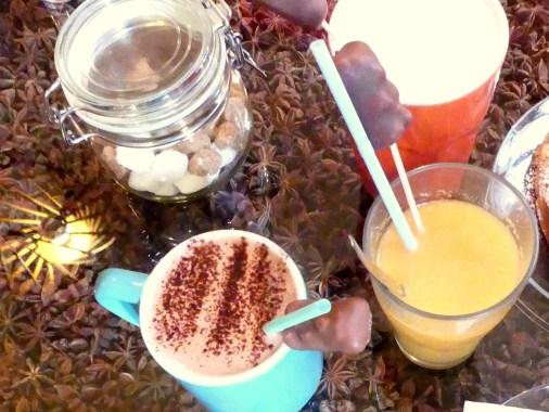 Jus d'oranges pressées, chocolat chaud et chocolat blanc