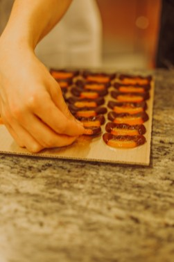 Orangettes trempées dans le chocolat à la main