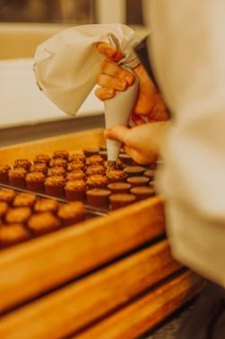 Ganache pochée à la main sur les chocolats
