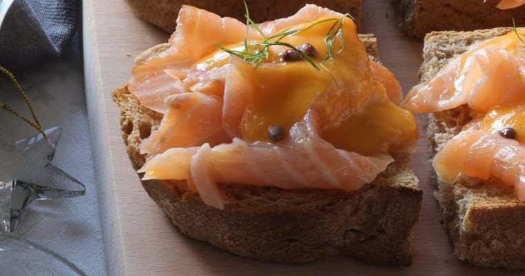 Crostone di Pane integrale profumato con Salmone e salsa di Pompelmo rosa