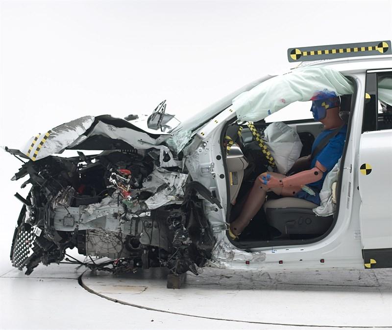 2016-kia-sorento-crash-test-rate-good-small-overlap-iihs (2)