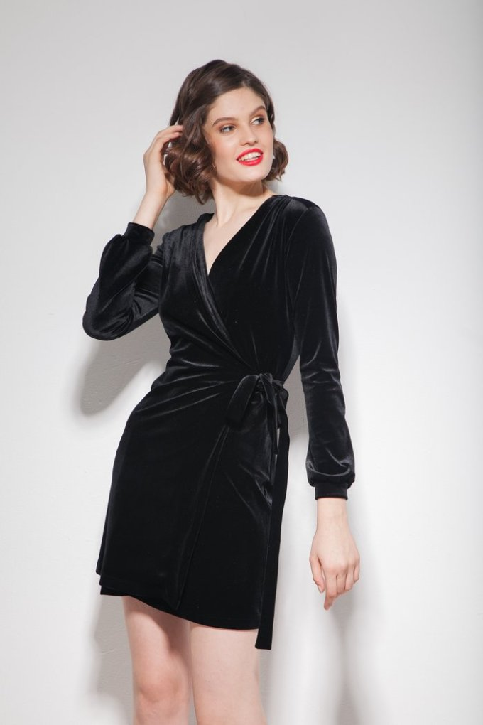 Платье из бархата на запах мини черное - THE LACE