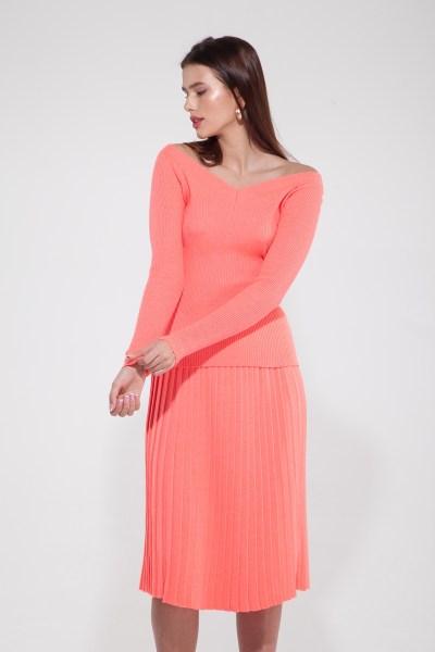 Костюм трикотажный из свитера со спущенными плечами и юбки плиссе коралловый - THE LACE