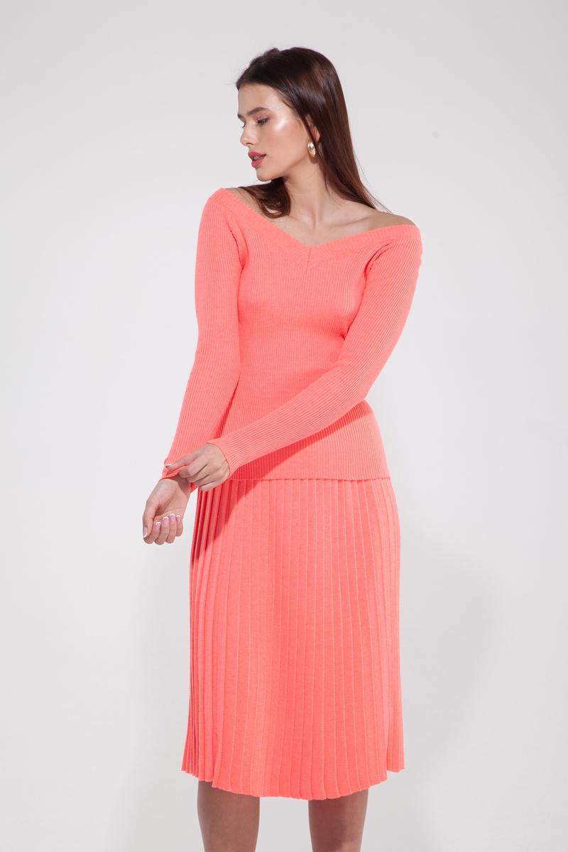 Костюм трикотажный из свитера со спущенными плечами и юбки плиссе коралловый — THE LACE