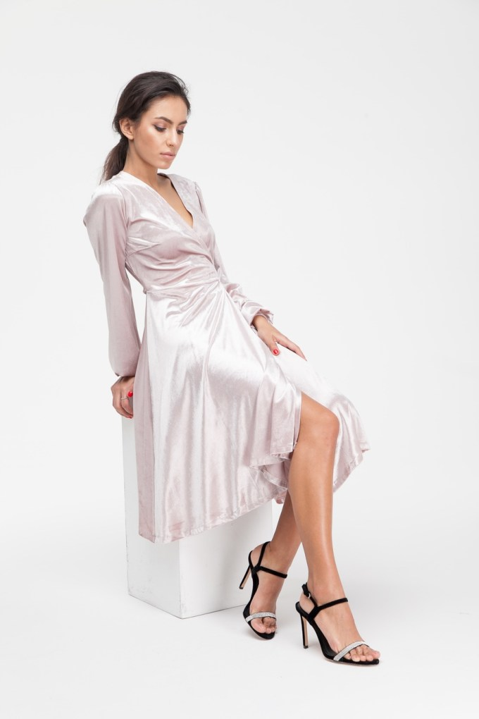 Платье миди на запах из бархата розовое - THE LACE