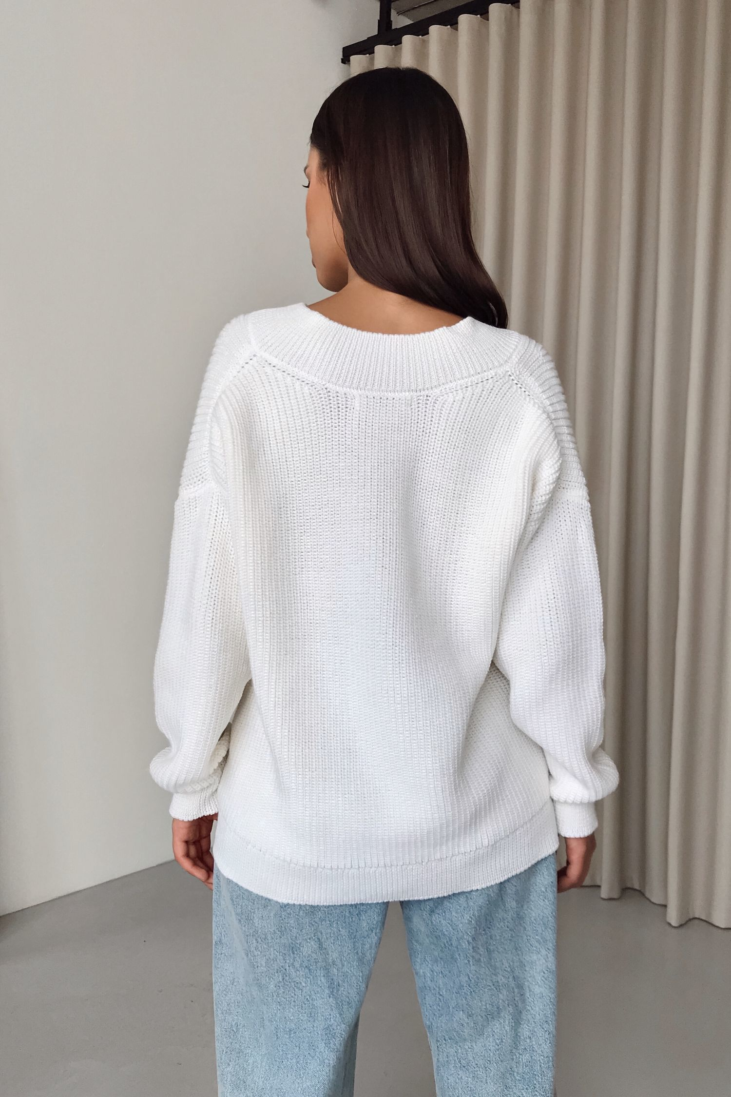 Шерстяной свитер с вырезом молочный - THE LACE