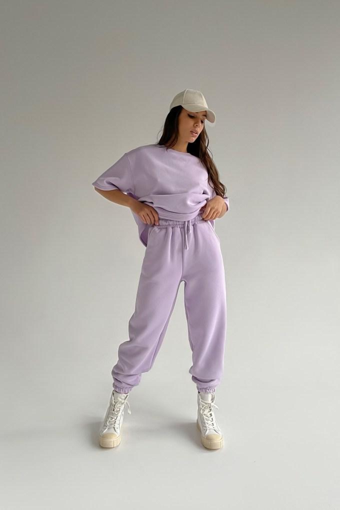 Костюм со спортивными брюками и футболкой violet