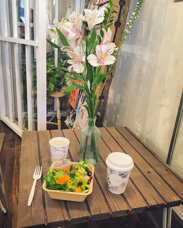 thelazyfrenchie_unebelgeanyc_mamannyc_nycblogger_lunch_dejeuner_salade_fleurs_flowers_healthy_the_teatime