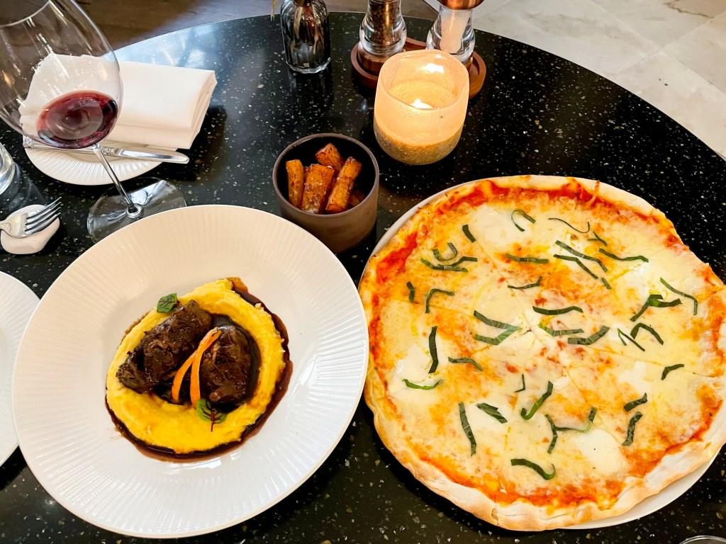 Piazza-Italiana-mains-pizza