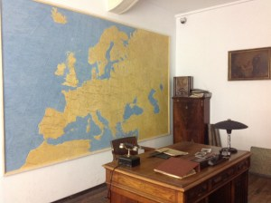 The office of O. Schindler with his desk and a huge map.