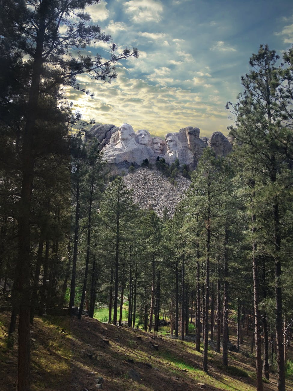 mount rushmore with statues of usa presidents in national park