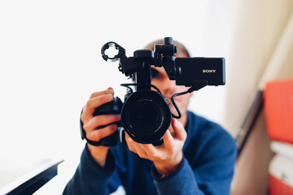 Work abroad - earn money while traveling vlogger youtuber