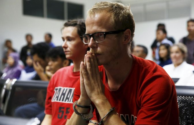 British journalists Neil Bonner (R) and Becky Prosser sit at the court room as they wait for the start of their trial at Batam District Court in Batam, Indonesia. Photo: Reuters/Beawiharta
