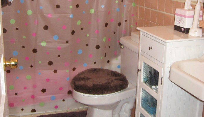 The bathroom in our first rental #thelovelygeek