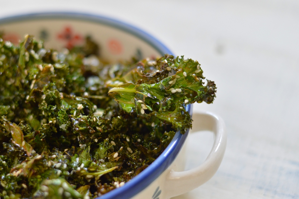 Lemon and sesame kale crisps