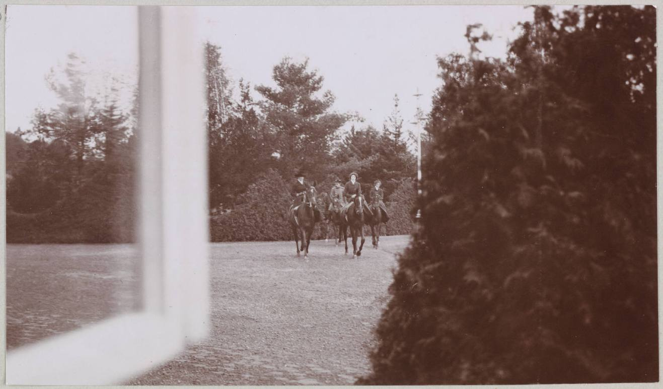 Photography from the private archive of the Romanovs family-Lujon Magazine09