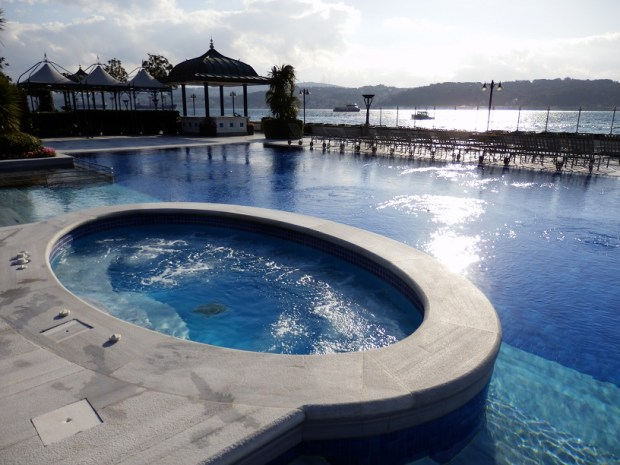 TERRACE: POOL WITH JACUZZI