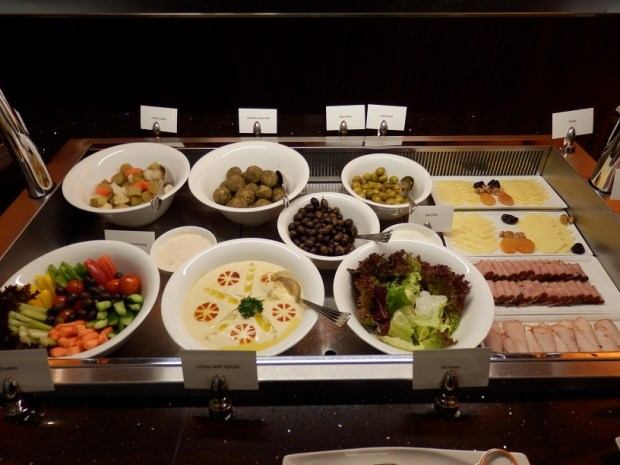 EMIRATES LOUNGE AT DXB: BREAKFAST BUFFET