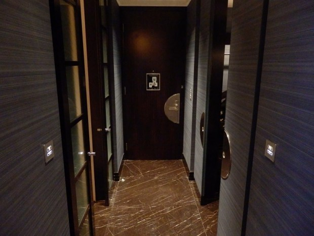 DELUXE RIVER ROOM: ENTRANCE