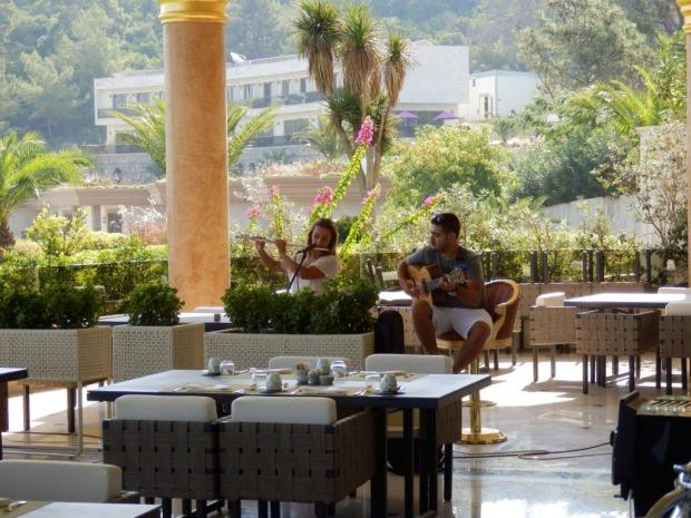 LIVE MUSIC DURING BREAKFAST