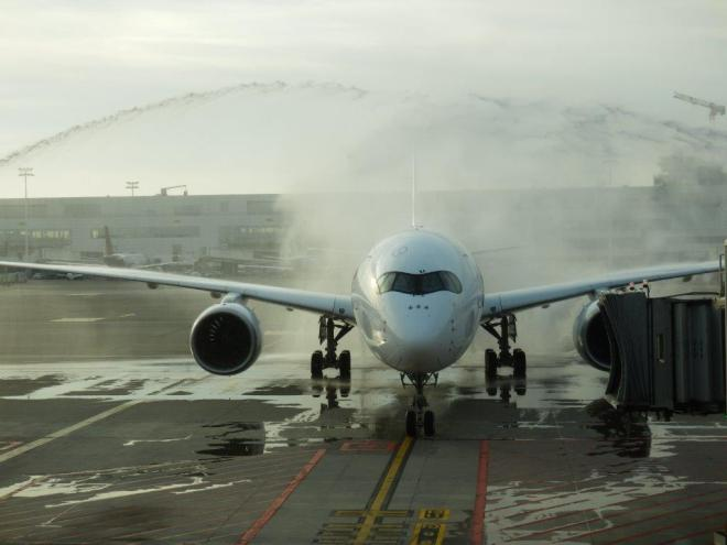 AIRBUS A350-900 XWB: ARRIVAL AT BRUSSELS (WATER CANNON SALUTE)