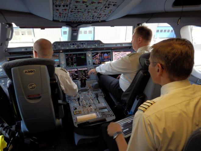 AIRBUS A350-900 XWB: COCKPIT