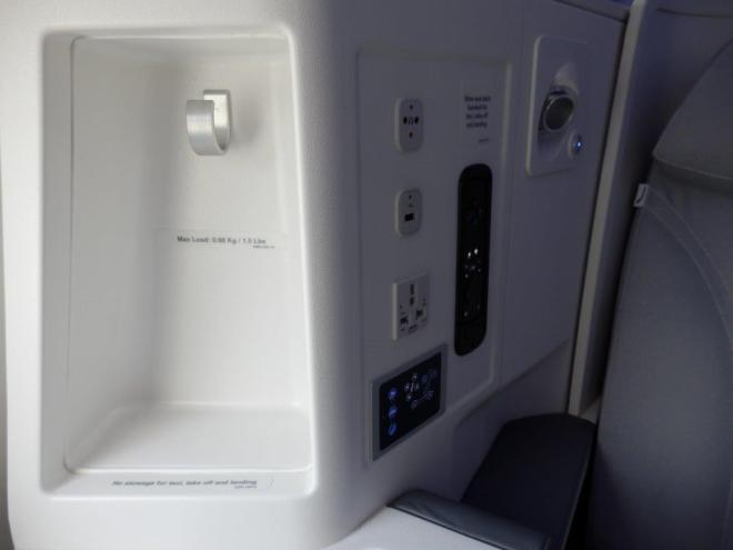 BUSINESS CLASS SEAT: SIDE CABINET
