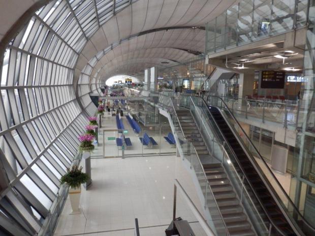 CATHAY PACIFIC LOUNGE AT BANGKOK AIRPORT: VIEW INSIDE TERMINAL