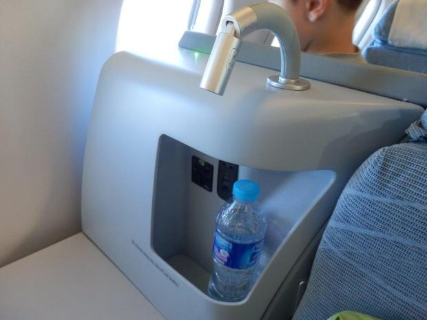 BUSINESS CLASS SEAT 5L: STORAGE & READING LAMP