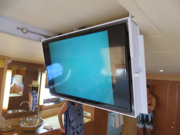 MASTER BEDROOM - TV WITH UNDERWATER CAMERA