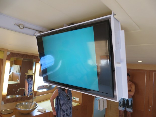 MASTER BEDROOM - TV WITH UNDERWATER CAMERA