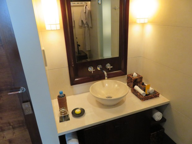DELUXE ROOM: BATHROOM