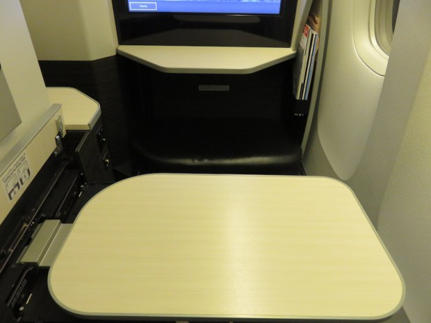 BUSINESS CLASS SEAT 12K: TRAY TABLE
