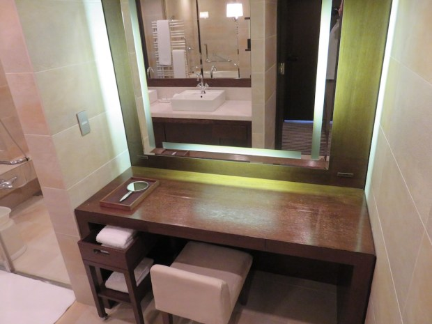 DELUXE TWIN ROOM: BATHROOM