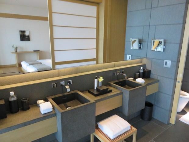 PREMIER ROOM: BATHROOM