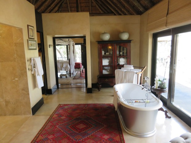 ROYAL SUITE: BATHROOM NR ONE