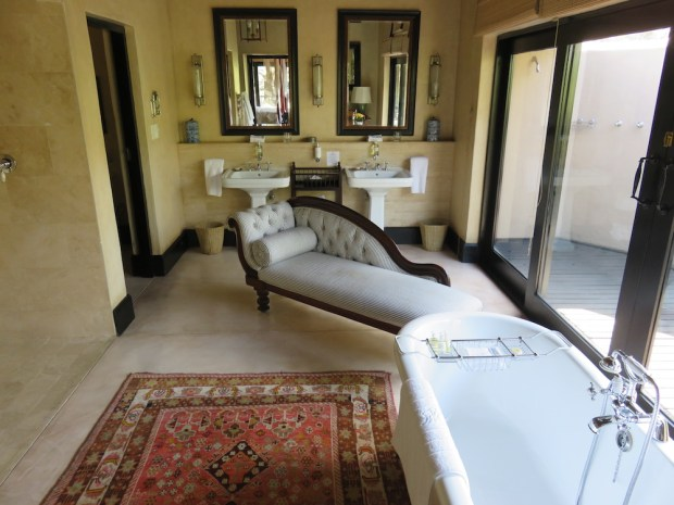 ROYAL SUITE: BATHROOM NR TWO
