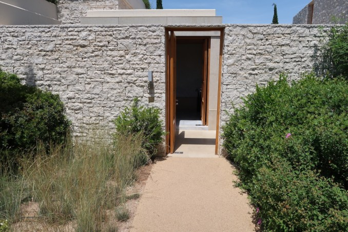AMANZOE POOL PAVILION: ENTRANCE