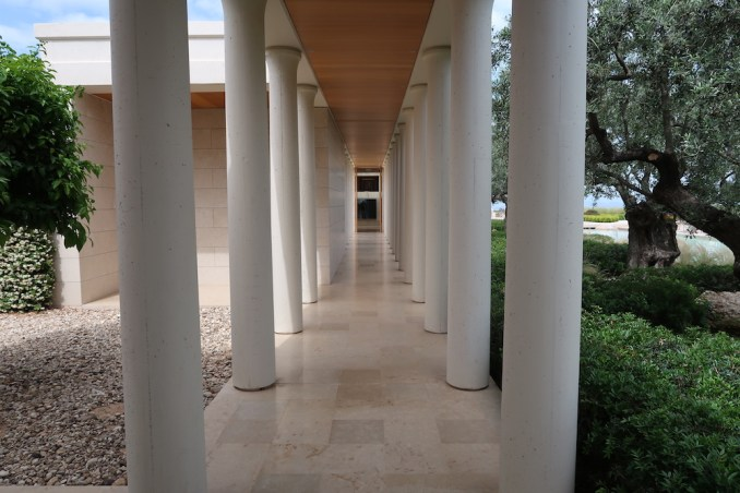 AMANZOE CENTRAL PAVILION: COLONNADE