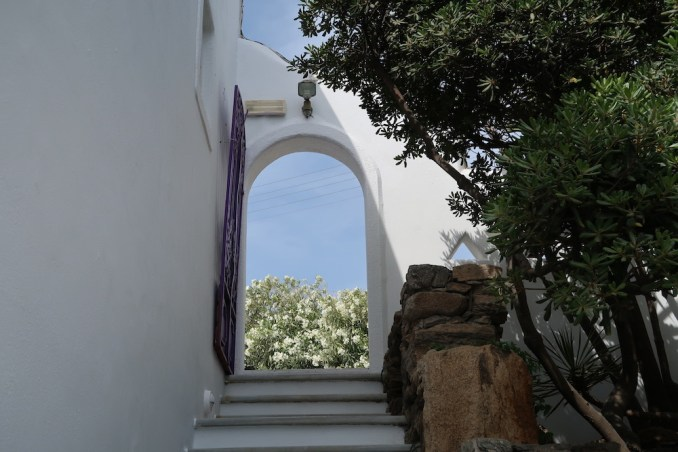 KIVOTOS MYKONOS: ENTRANCE COURTYARD
