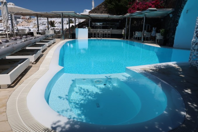 CANAVES OIA SUITES: POOL DECK