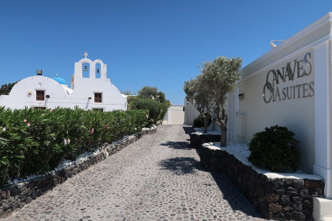 CANAVES OIA SUITES: STREET LEVEL