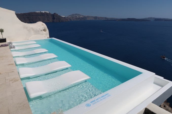 CANAVES OIA SUITES: INFINITY POOL