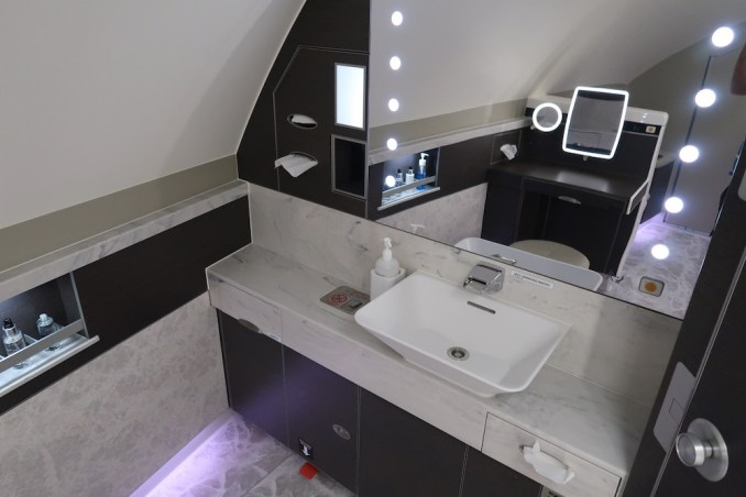 SINGAPORE AIRLINES A380 FIRST CLASS - LAVATORY